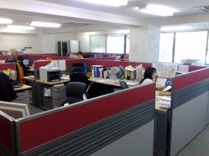 オフィスの様子(机に投資しています)
