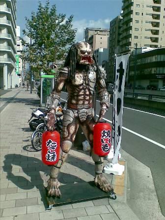 広島にプレデター出現、焼き芋屋してます
