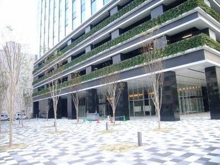 2階から4階までの駐車場が緑化されています