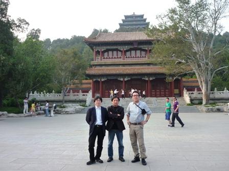 紫禁城の前の公園にて左から、上土井、宗、自分