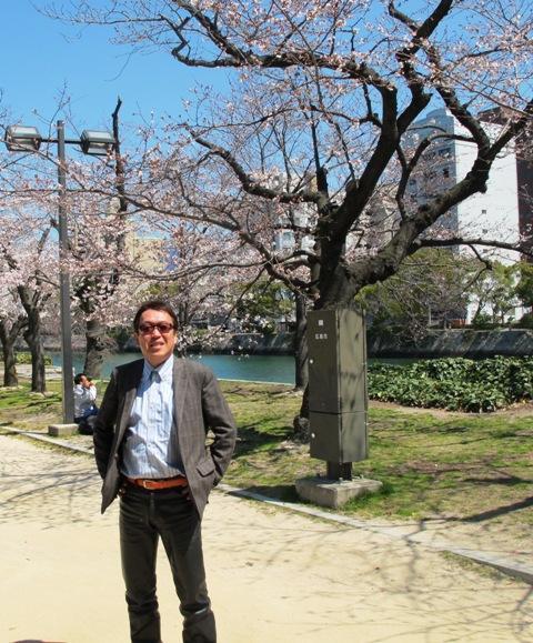 平和記念公園は毎日花見で賑わってます